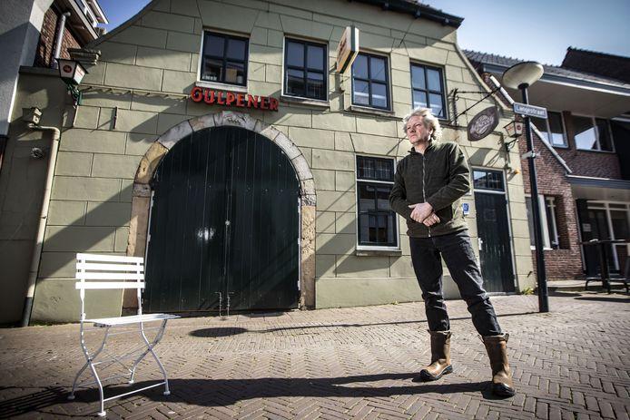 Door de coronacrisis moet Hans Sombekke de deuren van muziekcafé De Kroeg op slot houden, kan hij niet werken als dj en ligt zijn artiestenbureau voor onbepaalde tijd stil.