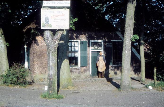 Schoenmaker Ep Breukelman voor het 150 jaar oude boerderijtje, dat in 2012 werd gesloopt.