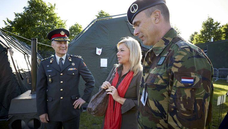 Commandant der Strijdkrachten, generaal Tom Middendorp (L) en minister van defensie Jeanine Hennis-Plasschaert (M).