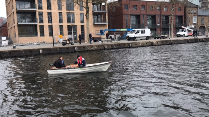 Max en Ton testen de nieuwe boot.