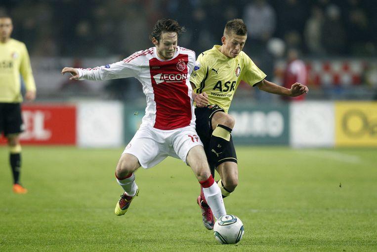 Daley Blind van Ajax (L), hier in duel met Krisztian Simon van Feyenoord, staat vanavond in de basis. ©ANP Beeld anp