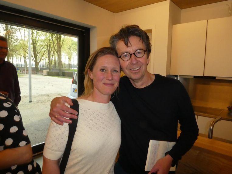 Auteurs Cathelijn Schilder en Hans van Wetering, die een thriller schrijft over Slotermeer. Het eerste hoofdstuk heeft hij al een tijdje af. Beeld Hans van der Beek