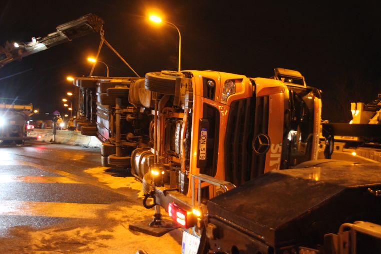 De vrachtwagen verspert de afrit naar 't Ei.