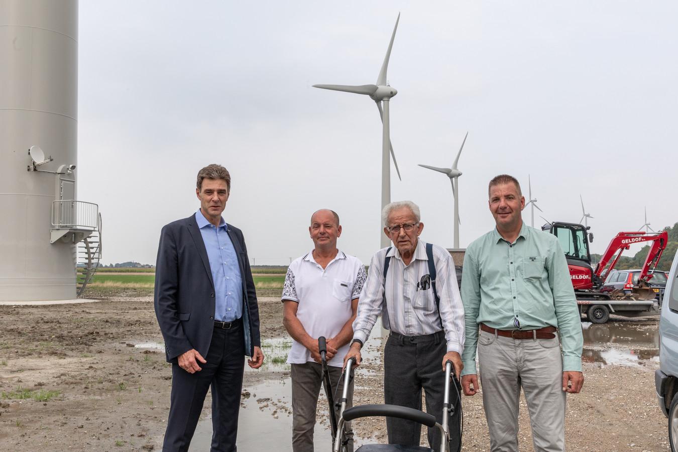 Wethouder Chris Dekker (links) zette samen met Jo Crucq (midden met rollator) de nieuwe windmolens officieel in beweging. Jan Crucq en Adri Roelse (rechts) exploiteren de groene stroom voor Windkracht 6.