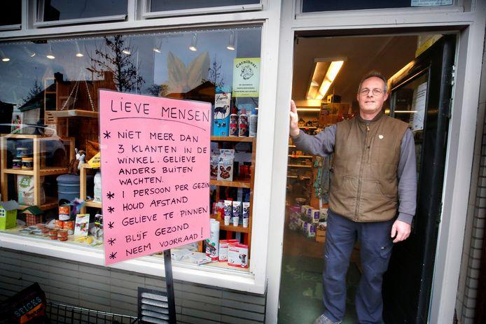 Herko ten Hove bij zijn Dierenspeciaalzaak Sleeuwijk. Hij heeft nieuwe regels gemaakt, waar alle klanten zich nu keurig aan houden. 'Gelukkig regent het niet.'