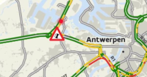 Ongeluk met vier vrachtwagens in Beverentunnel bij Antwerpen, weg richting Nederland dicht.