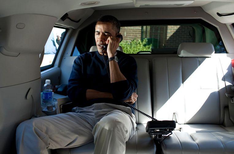 Obama voert een telefoongesprek. Beeld null