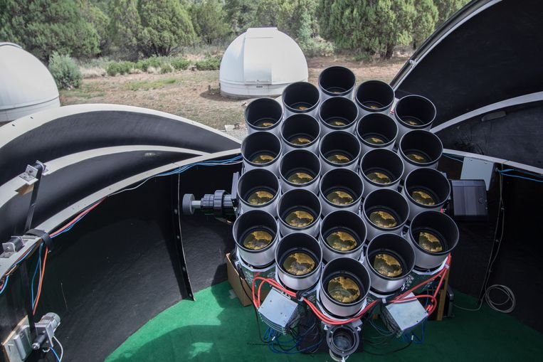 De Dragonfly-telescoop.  Beeld The Dragonfly telephoto Array
