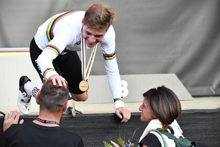 Remco Evenepoel met zijn ouders Patrick en Agna op het WK in Innsbruck.