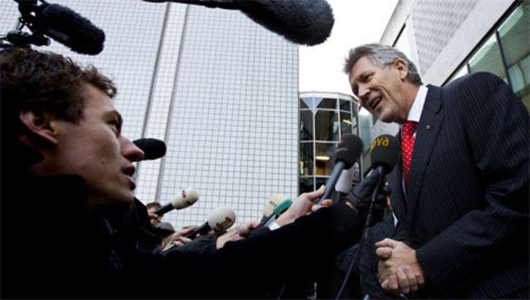 DSB-topman Dirk Scheringa staat vrijdag bij het verlaten van de rechtbank in Amsterdam de pers te woord. DSB Bank heeft tot uiterlijk maandagochtend 09.00 uur de tijd gekregen om een overname door een andere partij te regelen. Foto ANP Beeld
