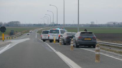 Politie plukt tiental Engelse straatracers van de E40
