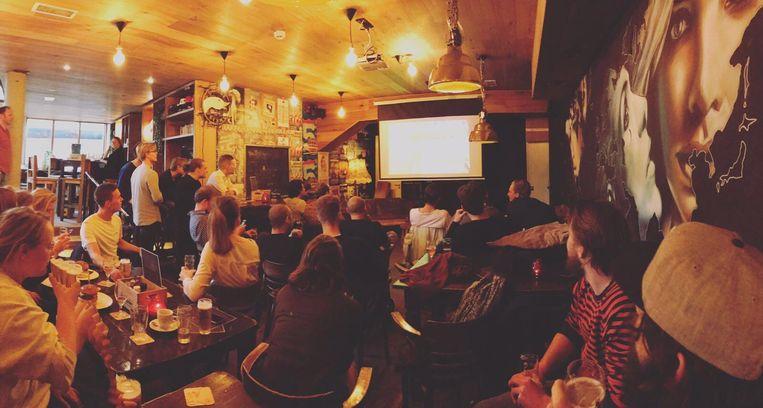 Een bioscoopzaal is het niet, maar speciaal voor de laatste editie heeft het café niet één maar twee grote schermen. Beeld Café Broer