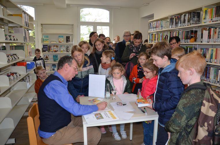 Feestelijke opening nieuw bibfiliaal Denderhoutem. De bezoekers konden in de nieuwe bib een handtekening sprokkelen of op de foto gaan met Herman Verbruggen -Marc 'Marckske' Vertongen uit FC De Kampioenen.