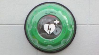 Vandalen rukken AED-toestel van muur
