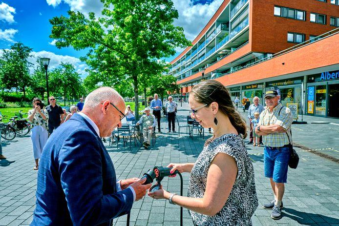 Burgemeester Heijkoop steekt op 20 juli symbolisch de stekker in het systeem van de cameraregistratie.