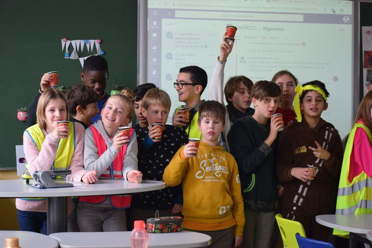 De leerlingen kregen een beker warme chocolademelk