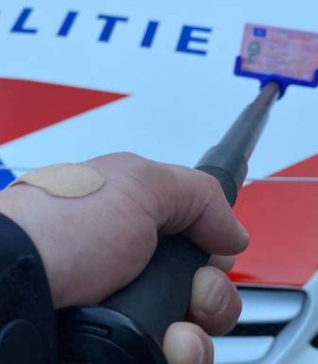 Politie doet in Noord-Nederland proef met wapenstok voor afstand bij controle