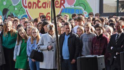 Witte ballonnen en klasgenoten in tranen: school neemt afscheid van verongelukte Nicolas (18)