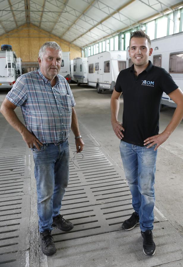 Vader Johan en zoon Dennis Mom uit Huissen hebben in de voormalige varkensschuren caravans gestald.
