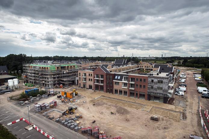 Volop nieuwe woningen in aanbouw bij en rond het winkelcentrum Koningsoord in Berkel Enschot.