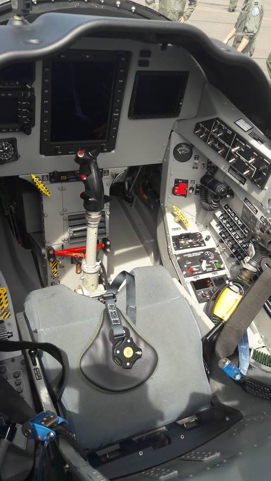 De voorste cockpit. Beeldschermen zijn in de plaats gekomen van metertjes.