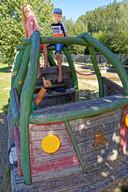 Sturen maar in deze houten speelbus met open dak. Daarop kun je heerlijk klimmen en klauteren.