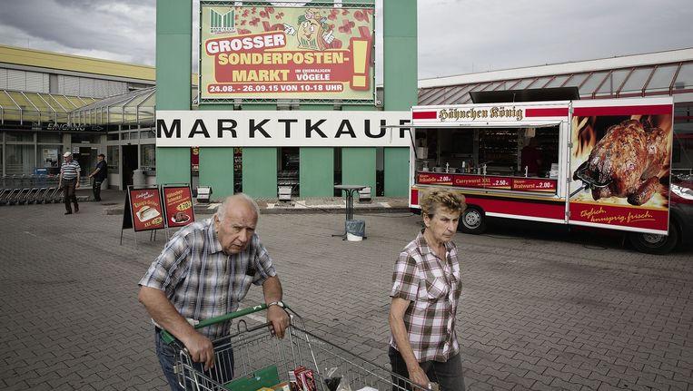 Vraag bij de Marktkauf hoeveel inwoners Lauchhammer heeft en het antwoord luidt steevast `nog 14 duizend'. De burgemeester ziet in de migrantenstroom een antwoord op de krimp. Beeld Daniel Rosenthal