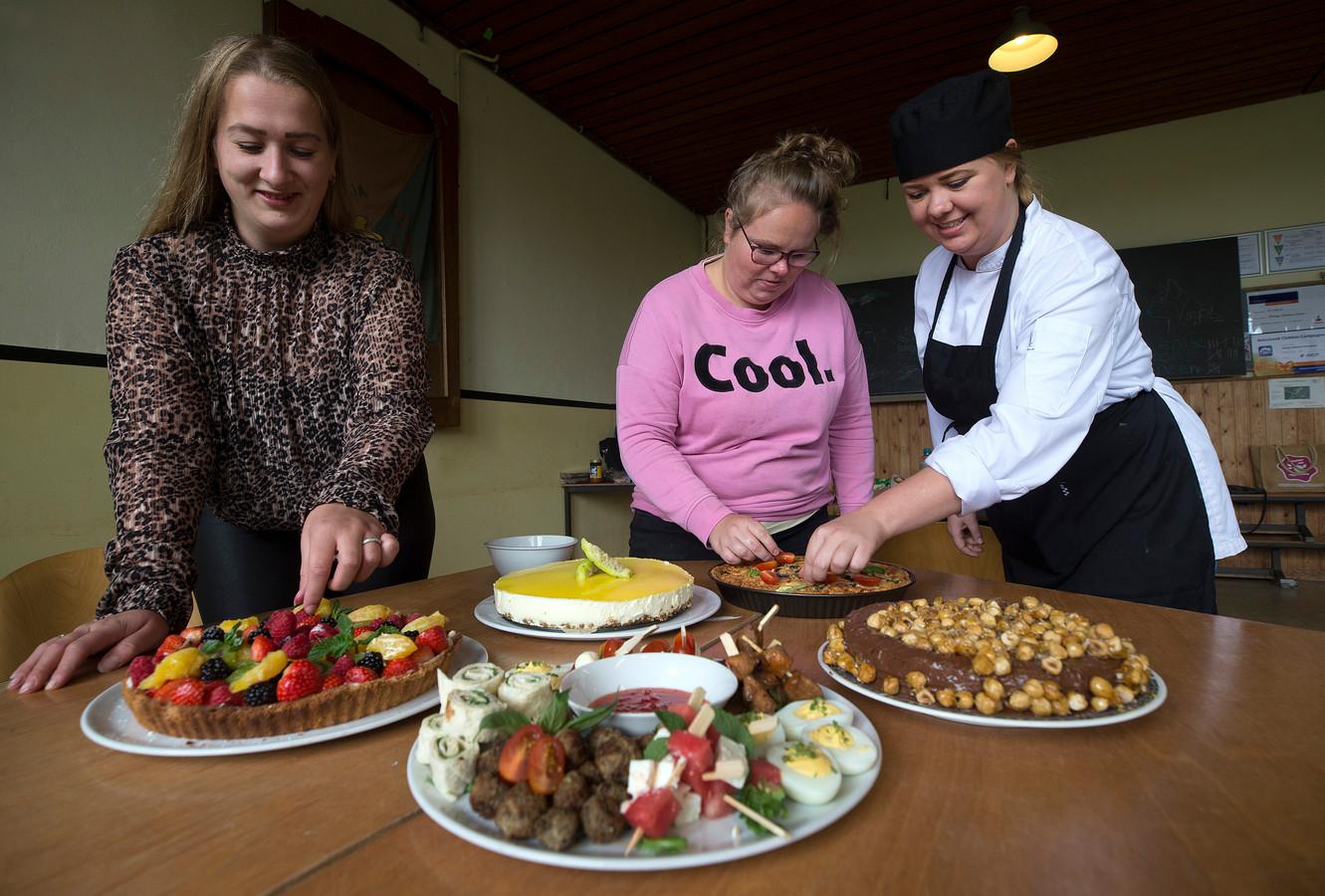 Lekkers uit De Goede dag Sjop. Chef-kok Lisa Poot met de cliënten Denise Jansen (links) en Paula Reijnen.