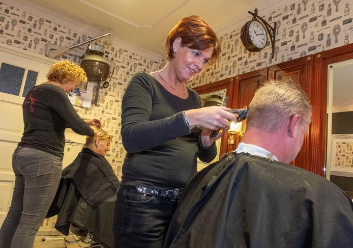 Ina van de Panne: ,,Sociale contacten en een luisterend oor zijn belangrijk in het kappersvak.''