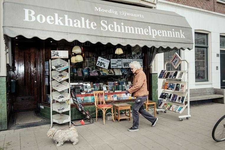 De gevel van de boekwinkel op de Wetering-schans, literaire sociëteit en buurthuis ineen. Een monument in de wijk verdwijnt. Beeld Jakob Van Vliet
