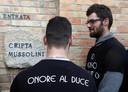 Jongeren in Mussolini-T-shirts in Predappio.