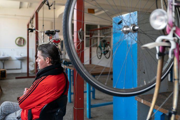 Normaal werkt Maik vier ochtenden per week in de fietsenwerkplaats. Vanwege het coronavirus is de werkplaats dicht.