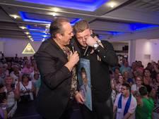 Zanger Bob glundert naast grote held Frans Bauer