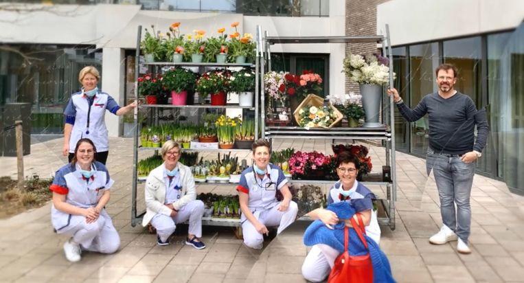 Het zorgpersoneel nam de bloemen en planten dankbaar in ontvangst.