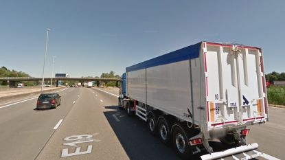 Trucker rijdt vangrail aan flarden na uitwijkmanoeuvre