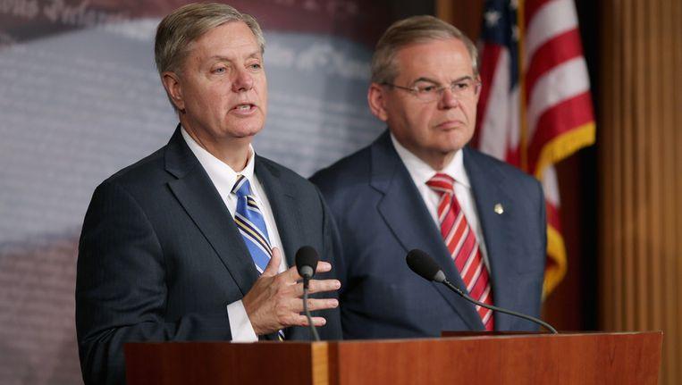 Senator Lindsey Graham (L) en voorzitter van de commissie voor Buitenlandse Zaken Robert Menendez tijdens de persconferentie na afloop van de vergadering waarin unaniem werd besloten voor steun aan Israël de boycot tegen Iran. Beeld getty