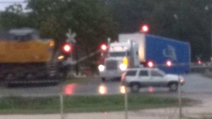 VIDEO. Trein ramt vrachtwagen die vastzit op sporen