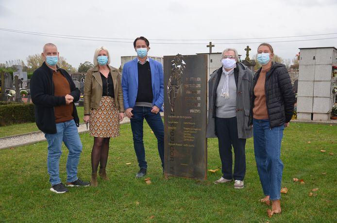Het Haaltertse gemeentebestuur onthult de gedenkplaat voor de Covid-19-slachtoffers op de begraafplaats in Haaltert.