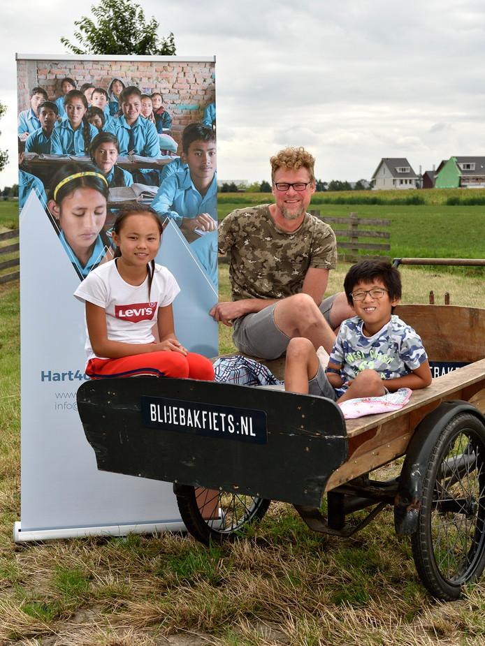 Robert Kroone met zijn 'blije bakfiets' waarmee hij rondfietst om geld bijeen te krijgen voor een schoolproject in Nepal.