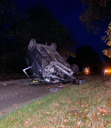 Auto slaat over de kop in Harderwijk, man en kind blijven wonderwel ongedeerd