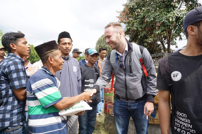 Nick Rensink schudt handen met de lokale bevolking na de eerste aardbeving op Lombok.
