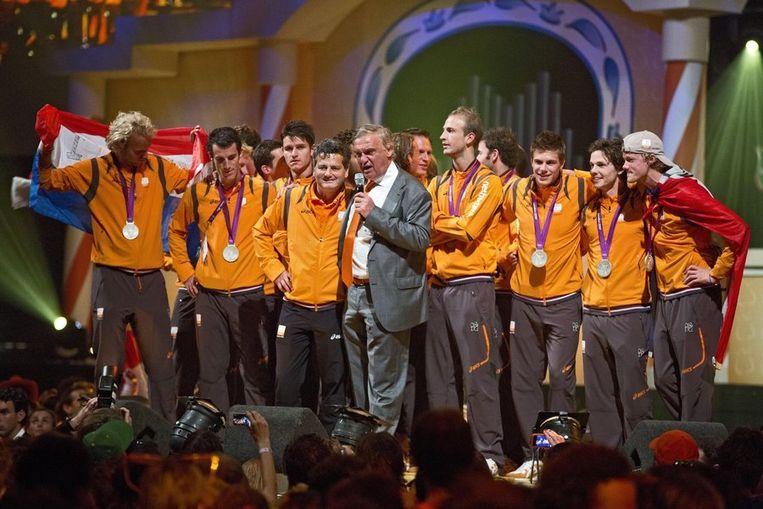NOC*NSF-baas Andre Bolhuis (midden) met coach Paul van Ass en de hockeymannen tijdens de huldiging in het Holland House. Beeld anp
