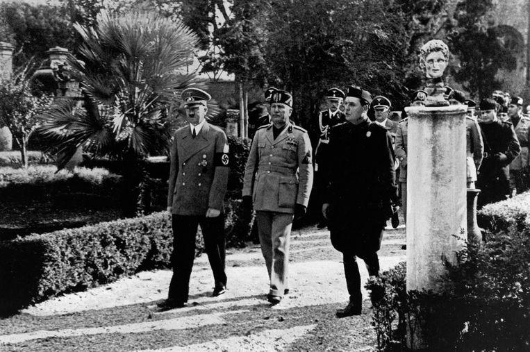 Adolf Hitler en Benito Mussolini bezoeken het Museo Nazionale delle Terme en Galleria Borghese  in Rome, begeleid door hun gids Bianchi Bandinelli, mei 1938.  Beeld Ullstein/ Getty Images