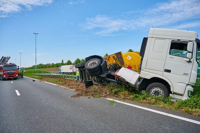 Vrachtwagen gekanteld tussen Breda-Noord en knooppunt Zonzeel.