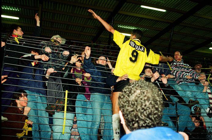 NAC-speler Pierre van Hooijdonk deelt zijn vreugde met publiek na afloop van de wedstrijd in de KNVB-beker NAC-PSV Eindhoven