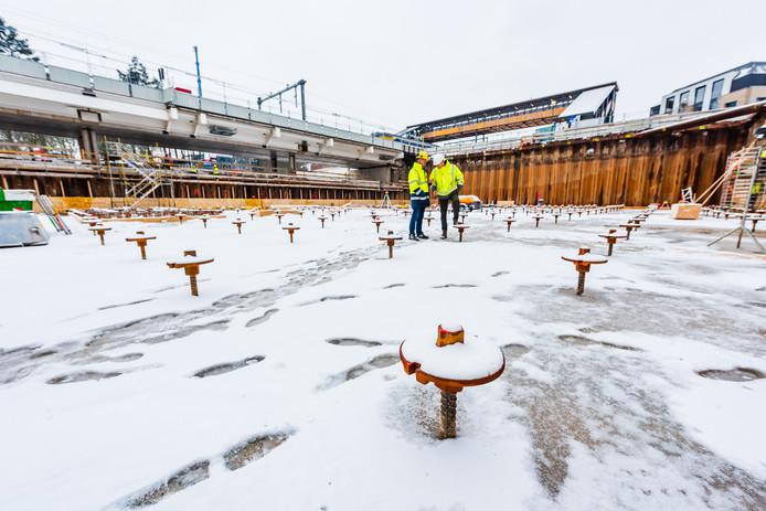De bouwbak is inmiddels leeggepompt. De voorbereidingen voor het storten van de vloer van de fietsenstalling lopen wat vertraging op door de sneeuw en vorst.