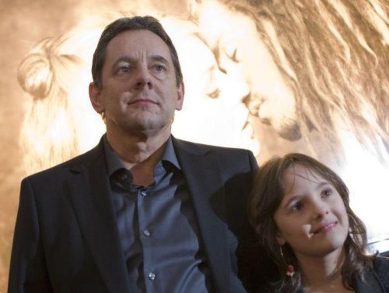 Regisseur Dick Maas met zijn dochter bij het Circustheater in Scheveningen voor de premiere van de Nederlandse film Moordwijven Beeld