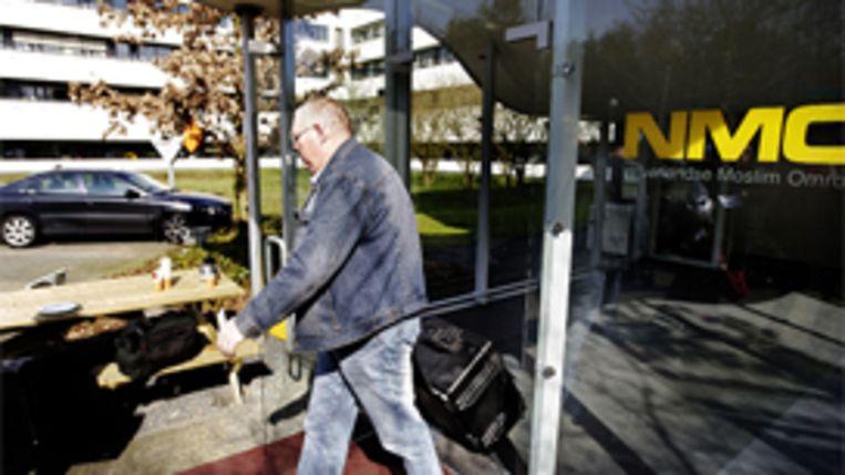 Een inval van de Fiscale Inlichtingen- en Opsporingsdienst (FIOD-ECD) bij de Nederlandse Moslimomroep (NMO) in Hilversum in maart 2009. (ANP) Beeld