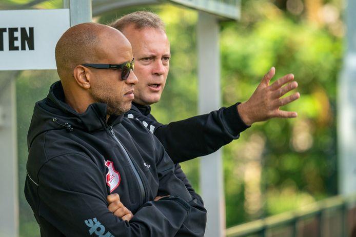 Rene Knuiman, trainer van Jonge Kracht, in gesprek met Ellis Orgenia, assistent trainer. Het duo staat ook volgend seizoen aan het roer in Huissen.