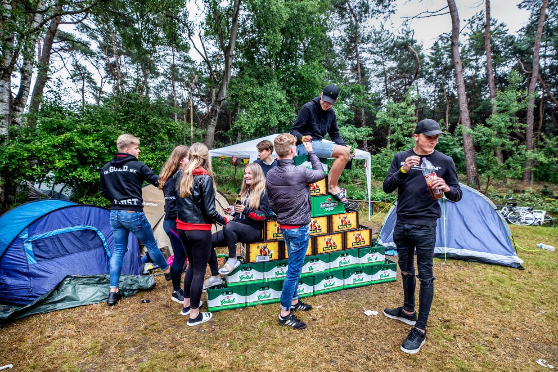 Op jongeren camping Dennenoord komen jongeren samen om te chillen na uren regen. Beeld Raymond Rutting / De Volkskrant